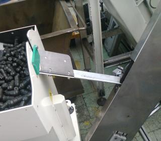 Pneumatické a robotické manipulace a dopravník