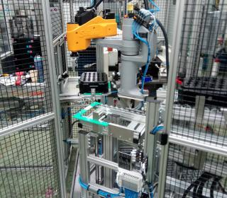 Pneumatické a robotické manipulace a dopravník 5