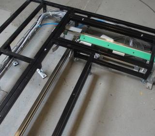 Pneumatické a robotické manipulace a dopravník 6